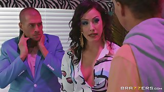 Brunette slut Jennifer Vapid imam fucked increased by gets a facial