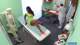 Threatening patient Jasmine Webb from England gets fucked by the water down