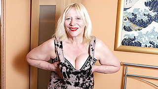 Raunchy British Housewife Playing With Say no to Hairy Snatch - MatureNL